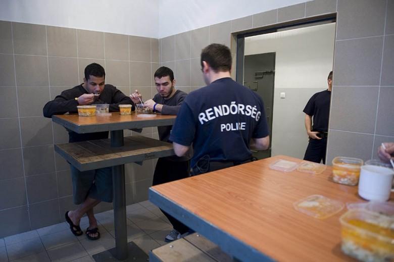 A magyar büntetés-végrehajtási intézetekben kizárólag felnőtt migráns férfiakat őriztek és őriznek Fotó: MTI