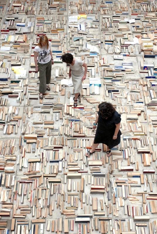 """Installáció """"aktualitásukat vesztett"""" könyvekből a budapesti Centrális Galériában 2008-ban. Kiselejtezett klasszikusok?"""