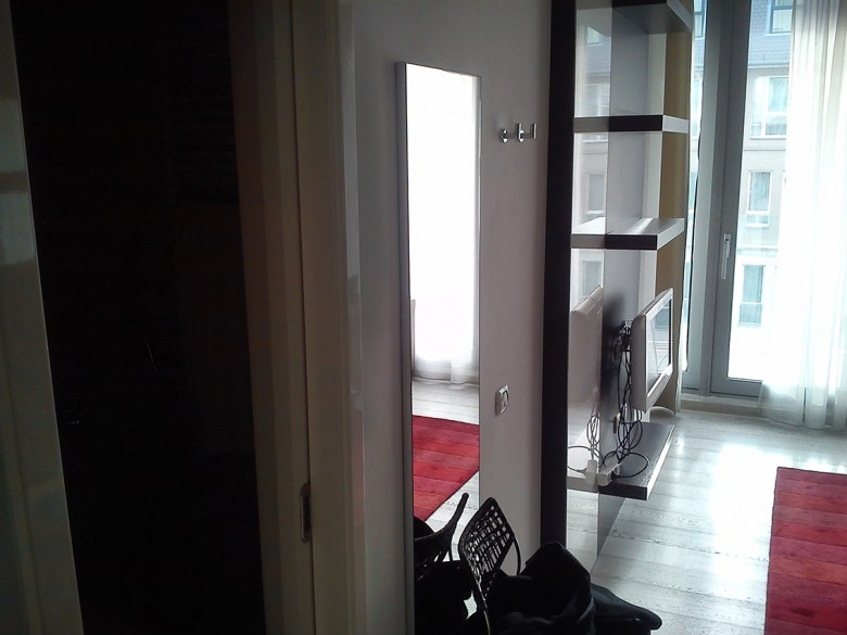 Egyből balra a fűrdőszoba. Szemben a terasz ajtó. 0097 kép jobbra.