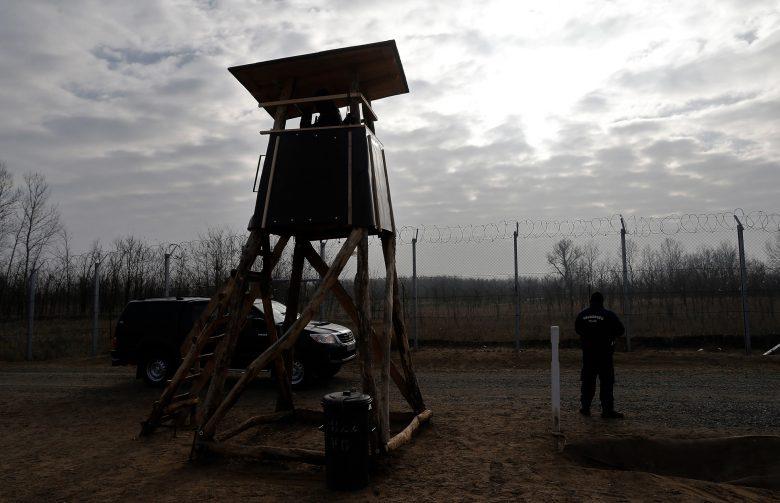 Kettős kerítés, a legkorszerűbb technikai eszközök, rendőrök és katonák védik a déli határt