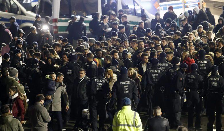 Észak-Afrikából érkező embereket ellenőriznek német rendőrök a kölni főpályaudvarnál szilveszter este, 2016. december 31-én