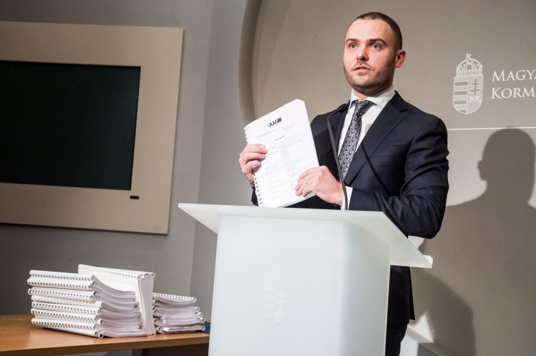 Csepreghy Nándor, kezében az Európai Csalás Elleni Hivatal (OLAF) jelentésével