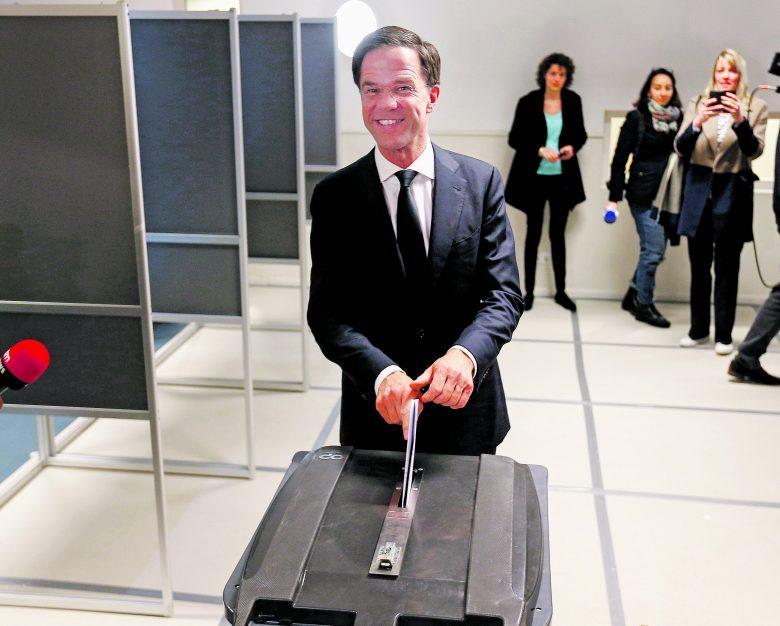 A kormányfő leadja szavazatát. Biztosan maga mögé utasította Geert Wilders radikálisait