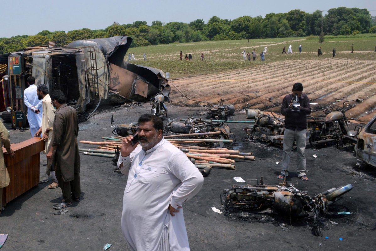 Tömeges tűzhalál a pakisztáni kamion mellett