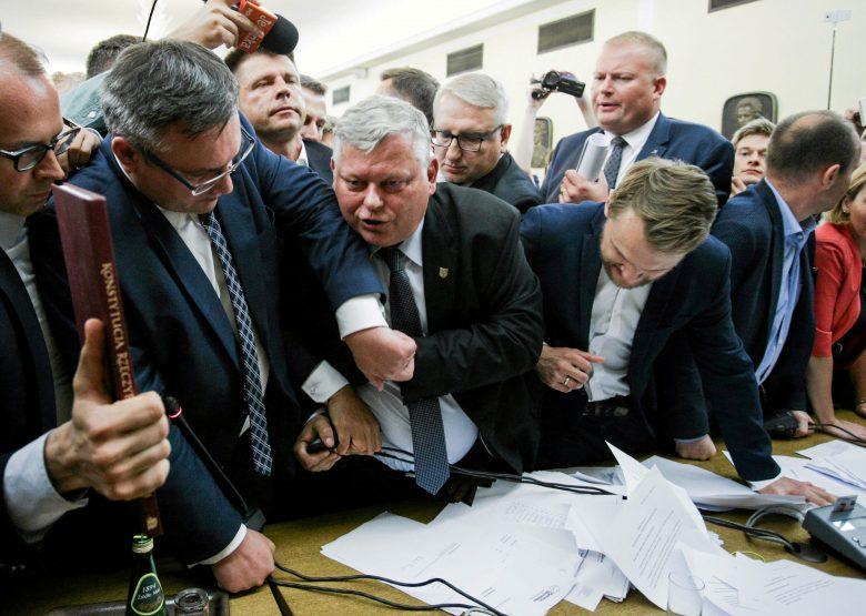 Egymással küzd Brüsszel és Varsó