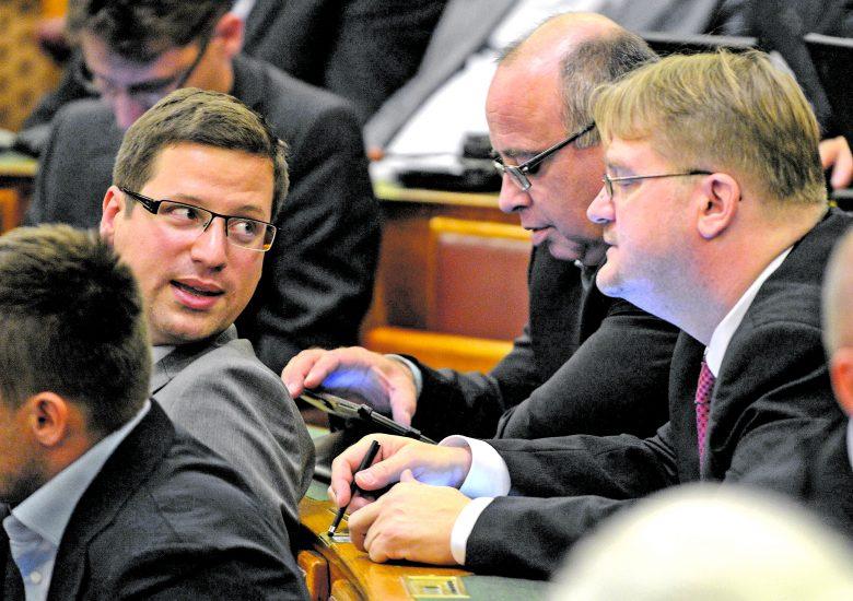 A frakcióvezető és Répássy Róbert (jobbra) kezdeményezése kétharmados támogatást igényel