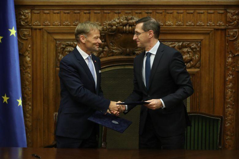 Vazil Hudák és Varga Mihály a megállapodás aláírásakor