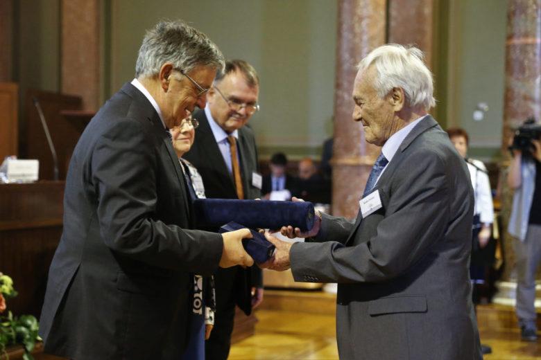 Lovász László átadja az Akadémiai Aranyérmet Kiefer Ferencnek