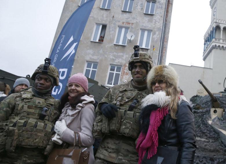 Helyiekkel fotózkodnak hadgyakorlatra érkező amerikai katonák a közép-európai államban